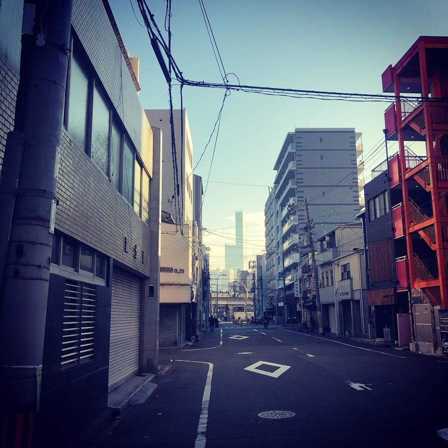 朝日に輝く日本一高いビル