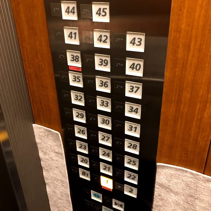 行きたい階のボタンが無い