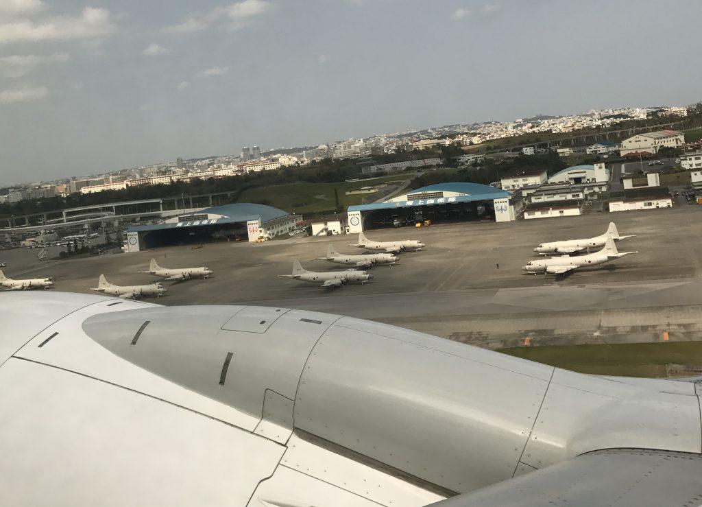 沖縄空港に並ぶ飛行機