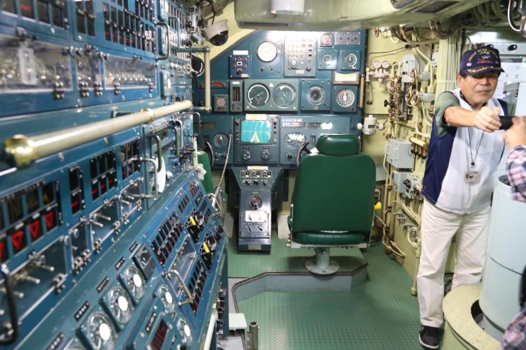 潜水艦の計器類とおじさん