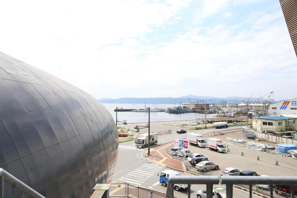 潜水艦のところから港を眺める